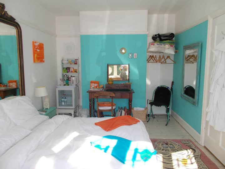 BRIGHT DOUBLE BEDROOM