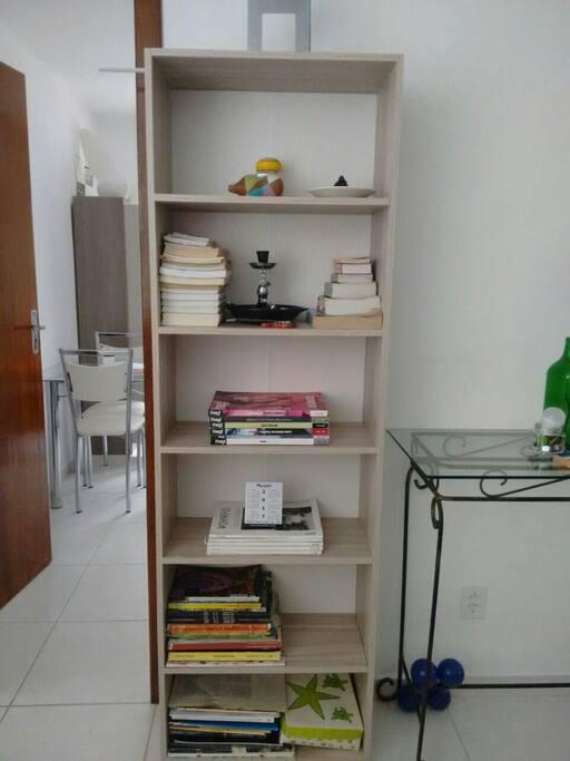 prateleira de livros, revista, é um narguilé, mais decorações.