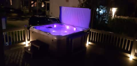 Ocean Views, 7 Person Hot Tub, 5 min to Old Port!