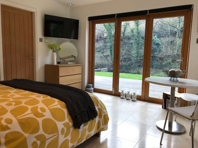 Private annex at Peak District riverside location - Cressbrook