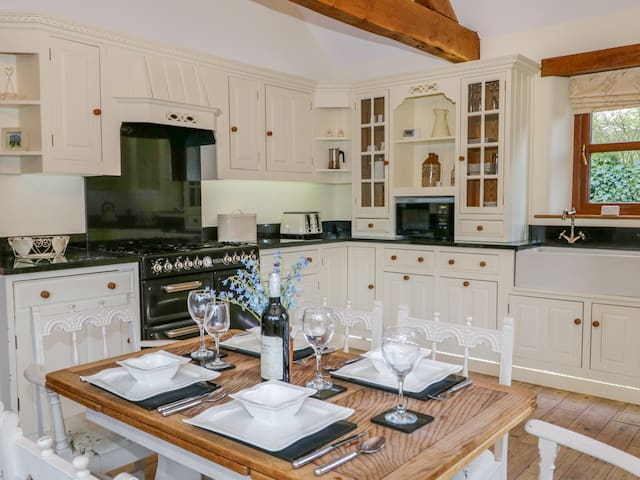 HAWTHORN COTTAGE, family friendly in Sedgwick, Ref 972579