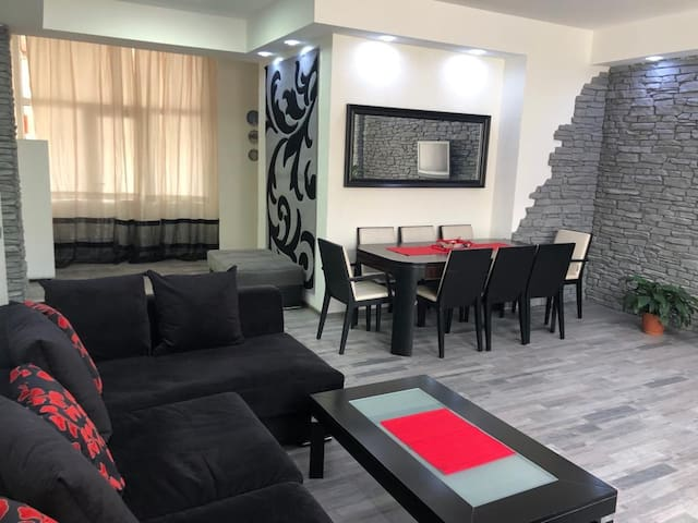 AMAZING Newly Renovated 1BR next to BOULEVARD!