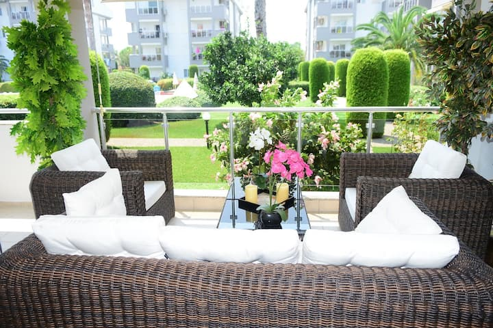 Spacious 3 bed flat in Side w/superb balcony