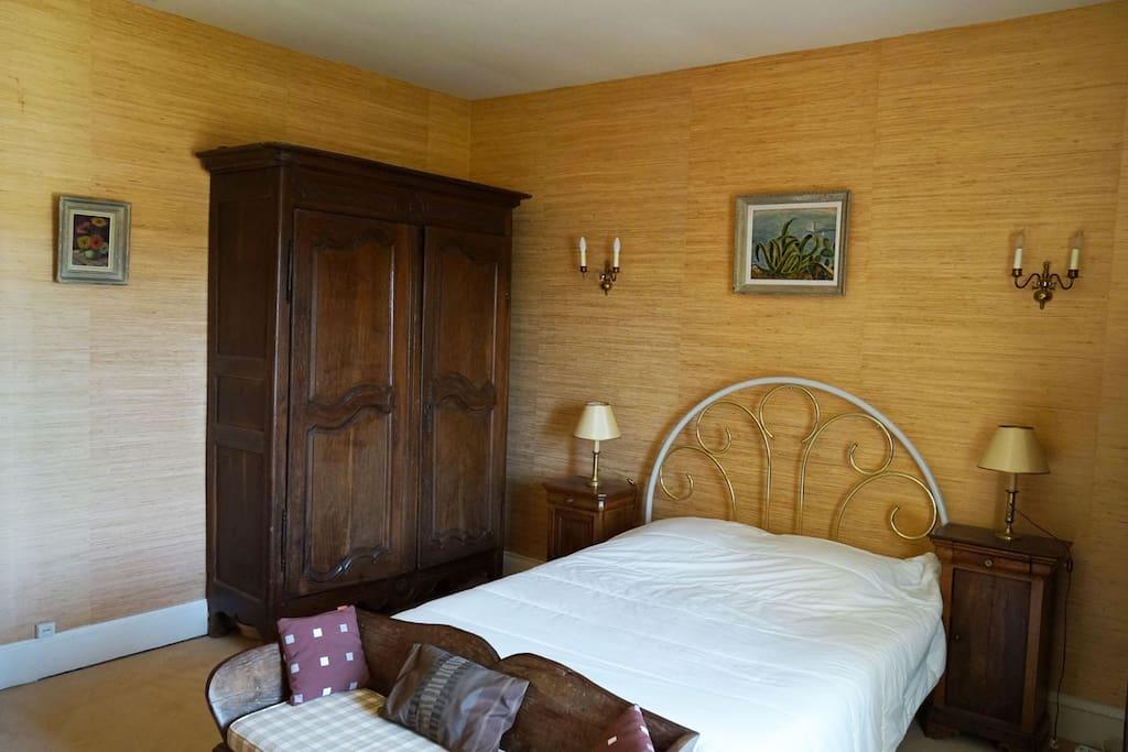 Chambre jaune , lit  2 places 1,60 de large