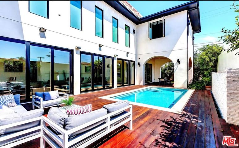 LUCERNE-Contemporary Luxury 5 Bed 5 Bath House