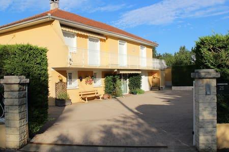 Appart au RDC 56 m² dans une villa situé sud ouest - Rillieux-la-Pape - Willa