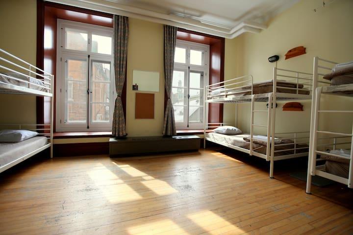 Hébergement en dortoir masculin