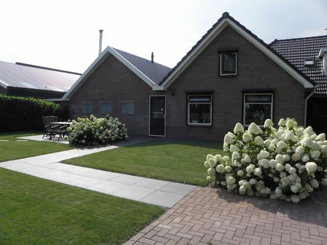 Vakantiewoning met sauna en tuinhuis met veranda