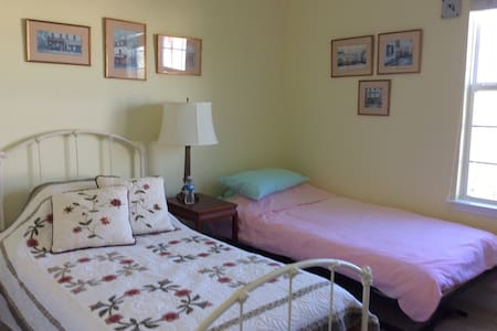 Sunny, light and comfortable room - Ashburn