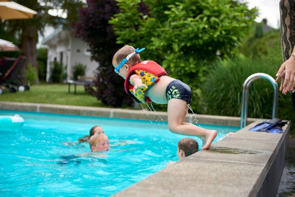 Spass im Sommer am beliebten Pool
