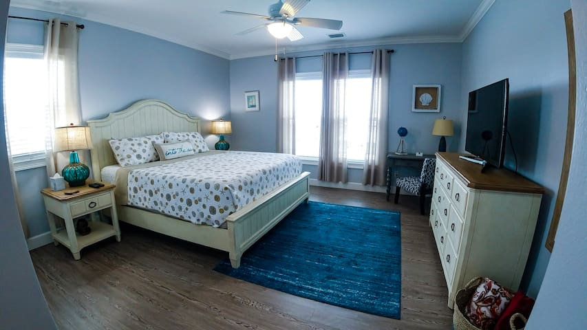 Master bedroom w/King Memory Foam mattress w/TV, Cable, Netflix & bath. Overlooking canal & dock.