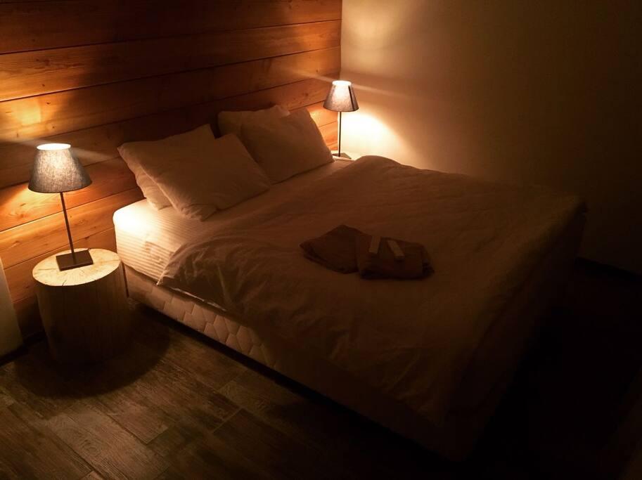 Спальная комната с двуспальной кроватью