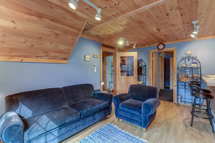 New listing! Comfy retreat w/ gazebo plus beautiful pond & mountain views