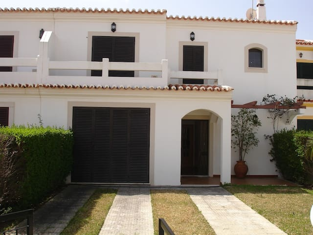 Wonderful 4 bed house with pool, near beach.