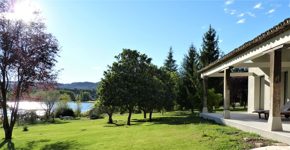 Elegante casa al borde del pantano de Bolarque