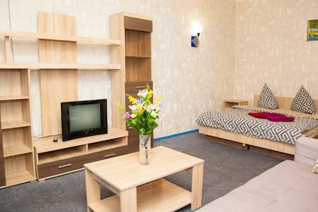 Semi-luxury Apt on Nezalezhnoi Ukrainy 82