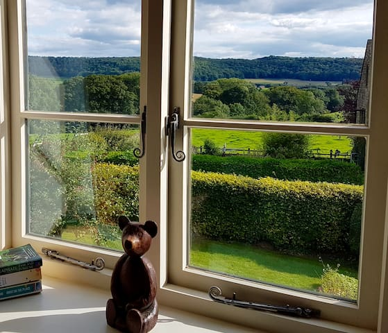 Cottage + Beautiful Views. Private bath & 5ft bed.