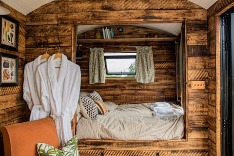 Luxury rural retreat in a cosy hut near the coast