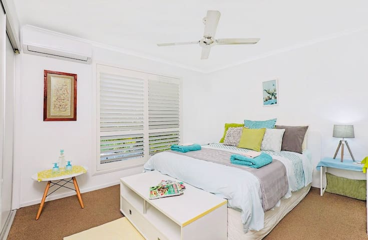 Lux Queen REAL bed , own TV, fridge, aircon, pool!
