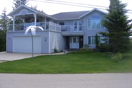 LUXURIOUS 4 BEDROOM FAMILY VACATION LAKE VIEW HOME - Sylvan Lake - 小木屋