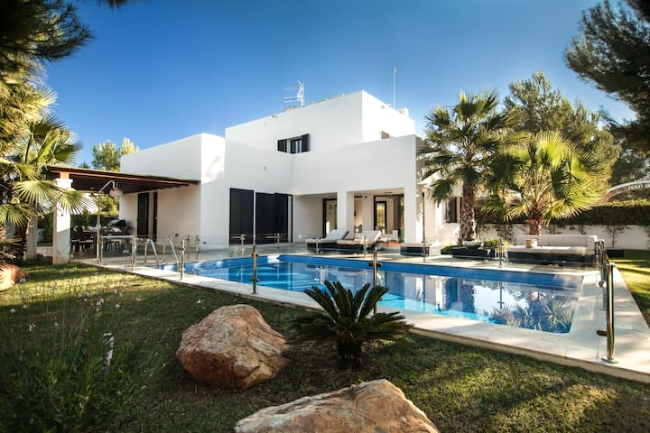 Modern Villa with Private Pool Close to Beaches