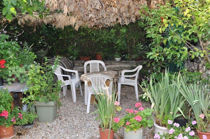 Chambre au coeur de Meursault, terrasse parking