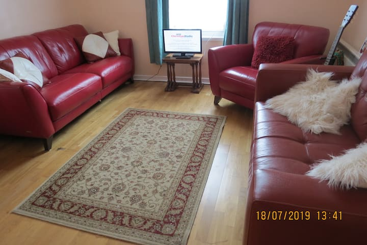 2 bedroom flat, Central Crawley, Gatwick 10 mins.