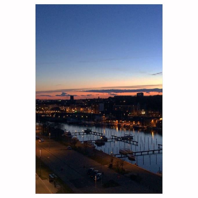 Udsigt ud over lystbådhavn og Aarhus fra altanen