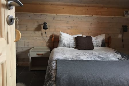 Ensuite bedroom with beautiful view - Essert-Romand - Alpstuga