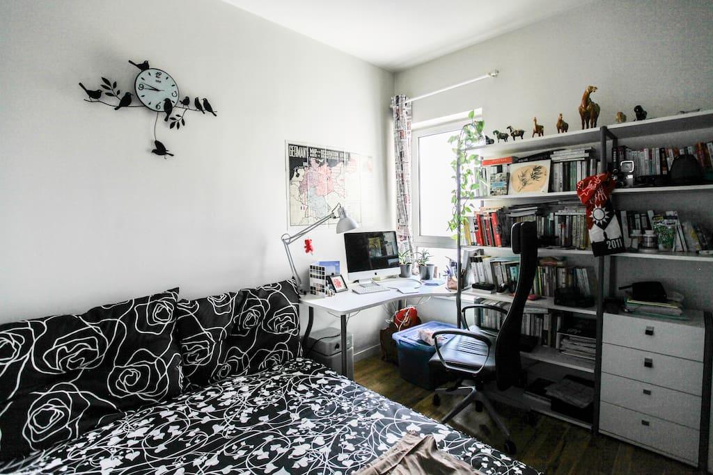 這就是你的房間啦!有一張雙人床及我們的書櫃。