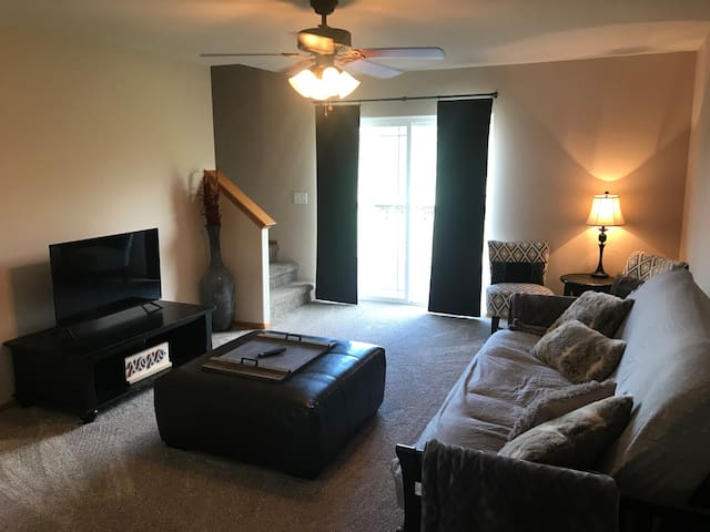 Cozy Townhome 5 minutes from UNI and Downtown CF!