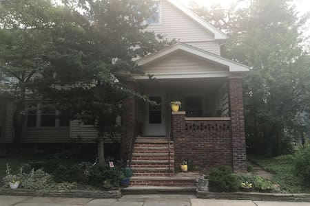 Charming, sun filled home in GREAT location! - 克利夫兰高地(Cleveland Heights) - 独立屋