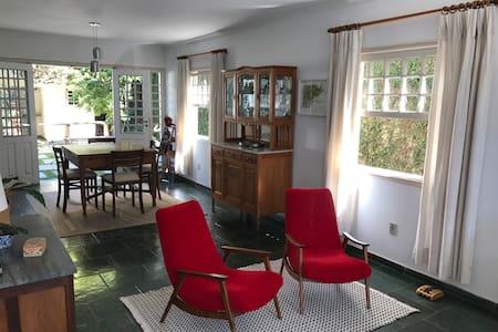Casa charmosa e confortável, próxima ao centro.