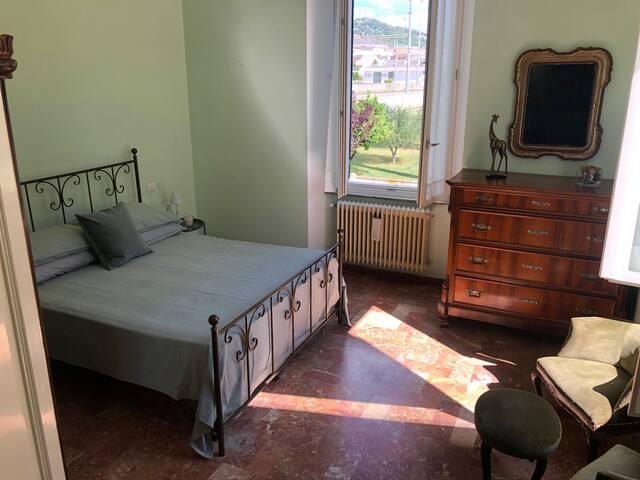 Camera da letto matrimoniale con armadio, salottino e cassettiera