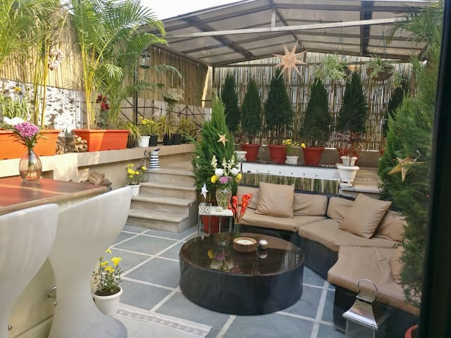 STUNNING1BR, TERRACE GARDEN, +Vibes,Lift,LOCATION!