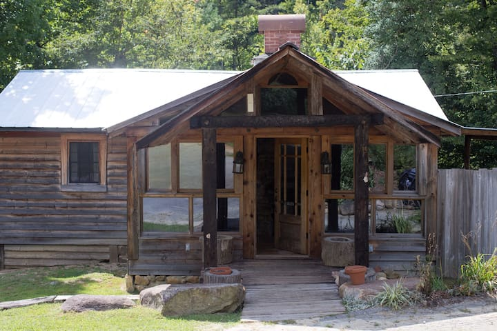 2 bedroom cabin with Hot tub and large porch