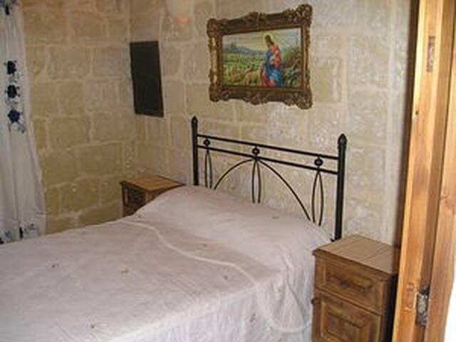 RAZZETT TAL-BARBA - Għarb - House