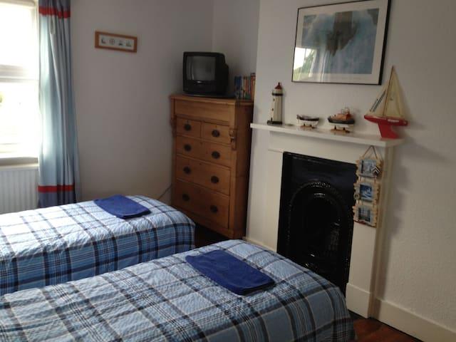 Bedroom - Twin beds 2 x 80cm x 200cm