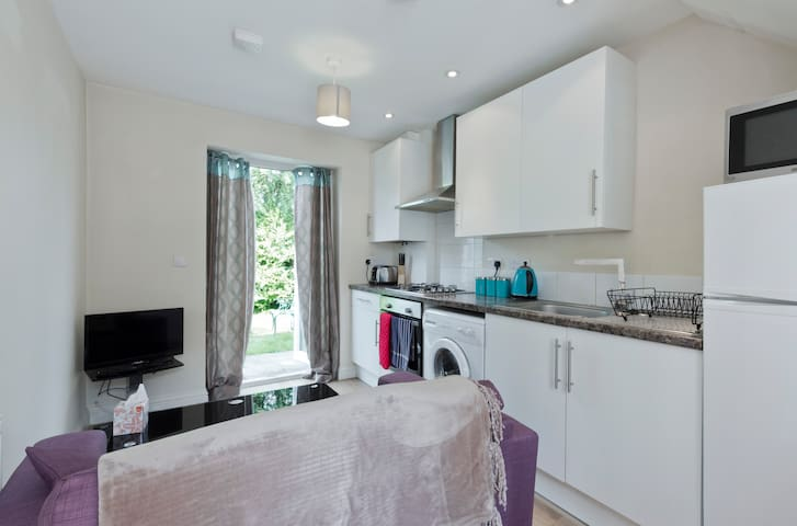 Cosy 1 Bed House, West Windsor
