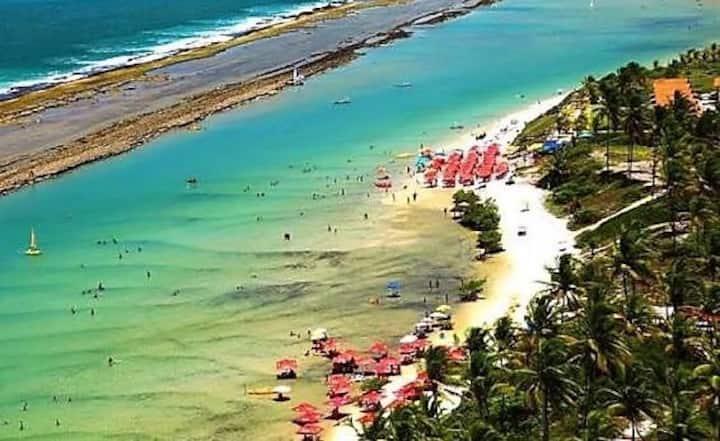 Praia maravilhosa com águas cristalinas