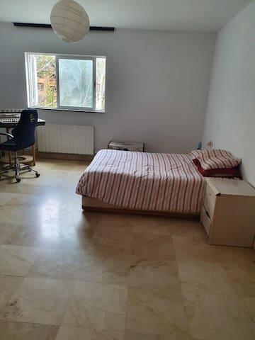 Hermosa habitación, muy cómoda y luminosa.