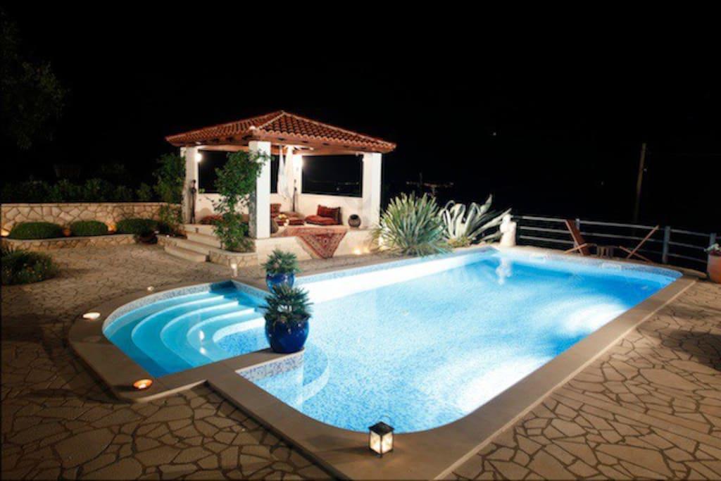 Vista notturna della piscina e del padiglione