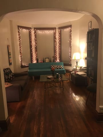 Large, Lovely apartment in heart of Andersonville