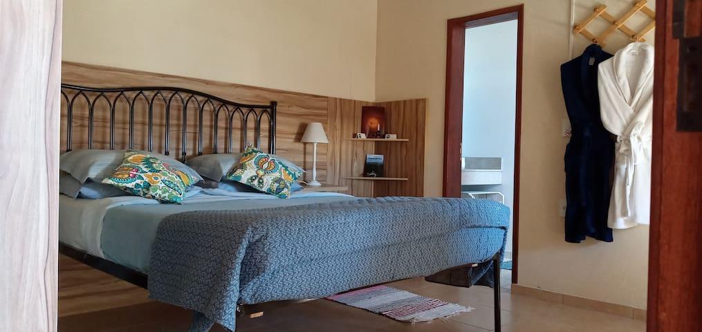 A suíte com cama Queen , no andar superior, esta equipada com TV a cabo Claro Net, acesso a Internet , A/C, escrivaninha e guarda roupas grande.