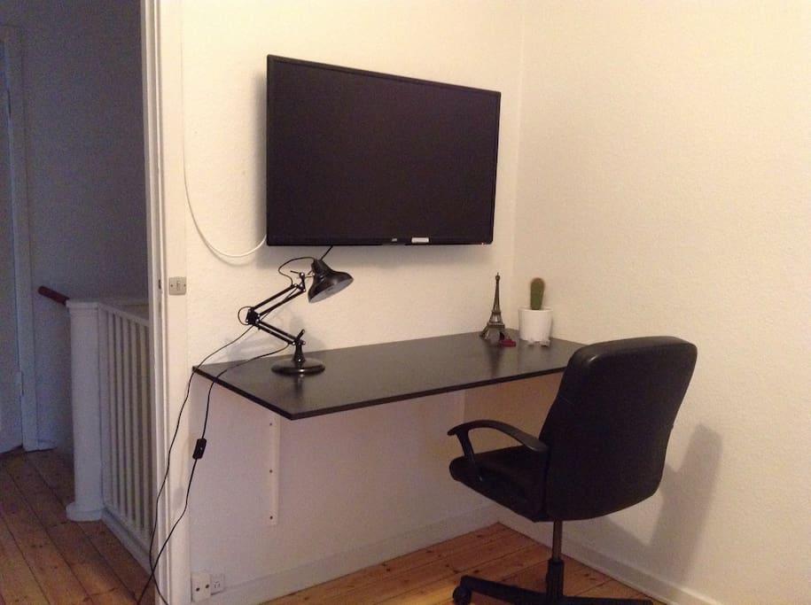 Arbejdsplads med skrivebord og stol. Mulighed for at se fjernsyn ialt 32 kanaler
