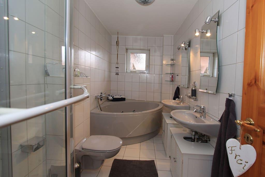 Badezimmer mit Whirlpool, Dusche, Wc und 2 Waschbecken
