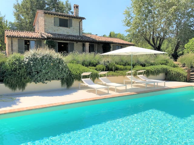 Gorgeous Villa, huge pool, stunning view near Todi