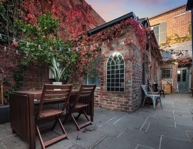 Leveson - Designer 2 Bdrm House w/ Courtyard