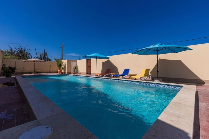 King Size Bed Studio w/ Pool & Close to Beaches