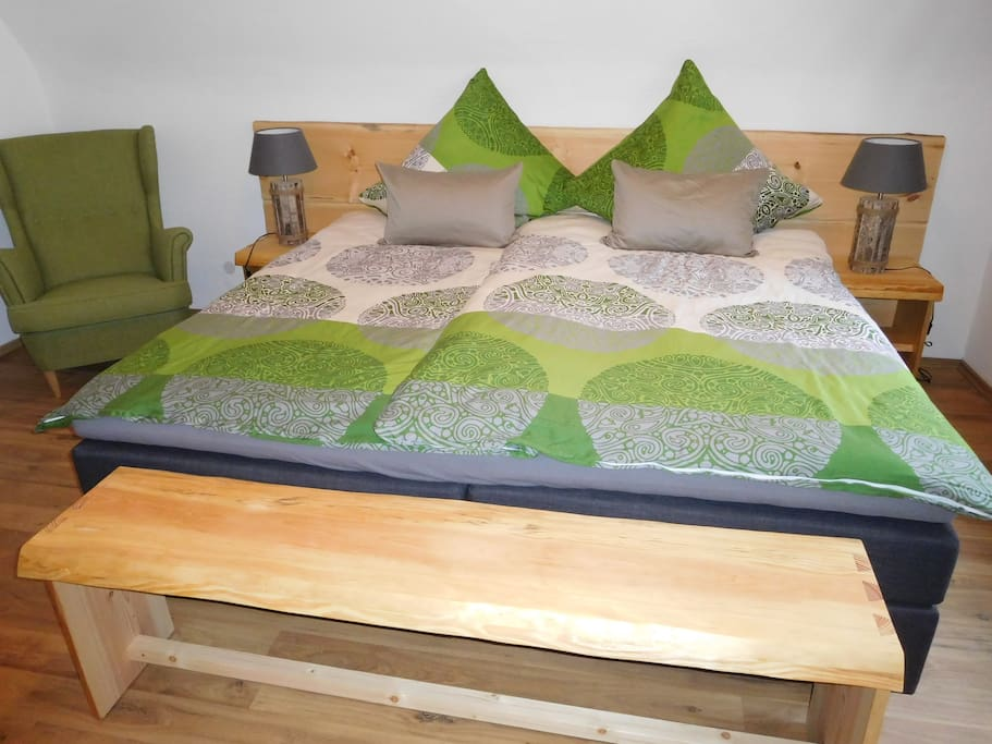 Schlafzimmer mit Doppelboxspringbett